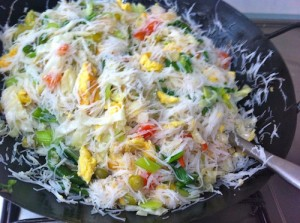 toss 300x223 White Bee hoon with Vegetables & Egg